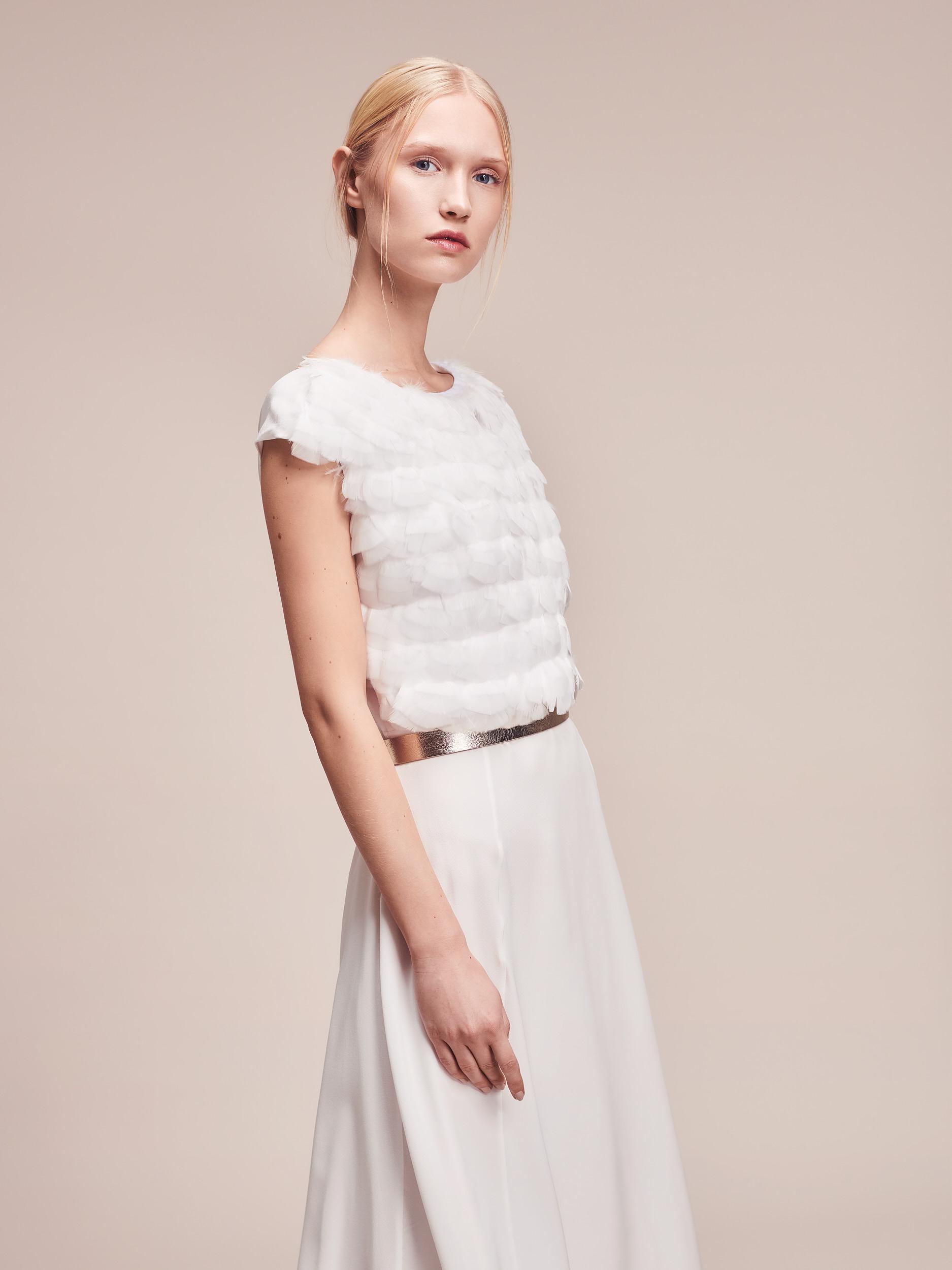 Modernes Designer Brautkleid aus Seide mit Federdetail