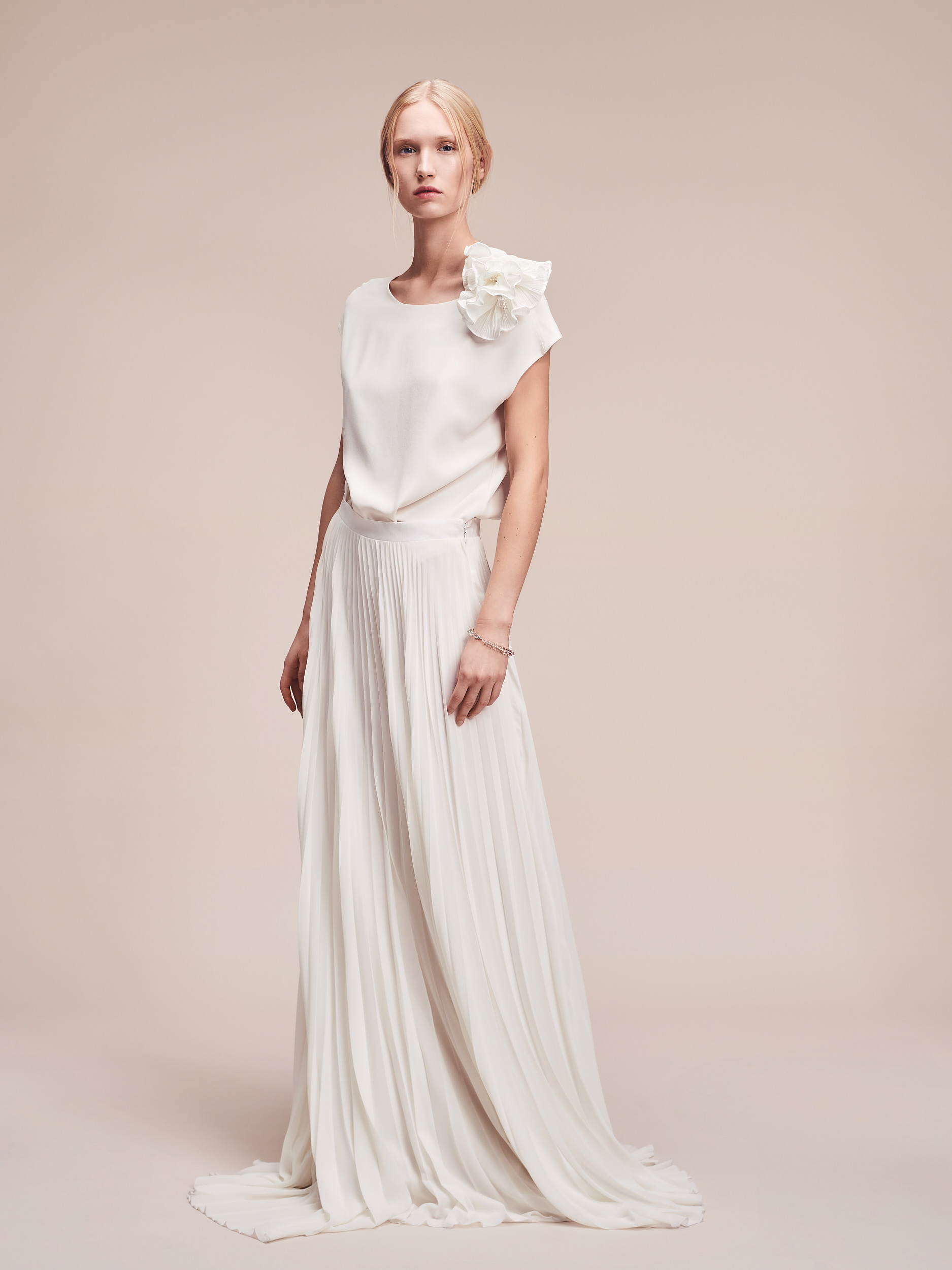 Minimalistisches Designer Brautkleid aus Seide von Magdalena Mayrock Berlin