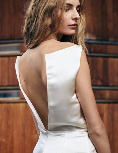 Kurzes Satin Brautkleid aus Seide mit tiefem Rückenausschnitt Magdalena Mayrock Berlin.