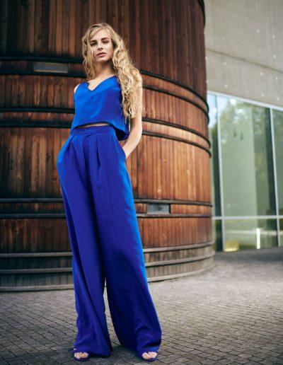 Blaues Seidentop mit V-Ausschnitt und Marlenehose mit Bundfalten aus Seide von Magdalena Mayrock Berlin