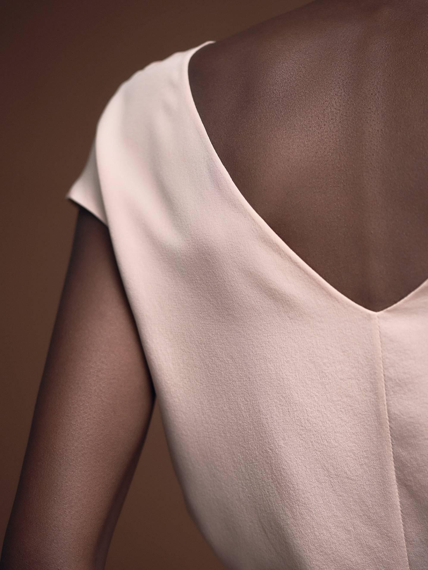 Designer Seidenshirt Carla in Blush mit V-Rückenausschnitt von Magdalena Mayrock