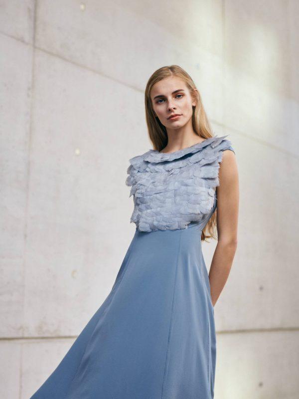 Blaues Designer Seidenkleid mit Federdetail von Magdalena Mayrock Berlin.