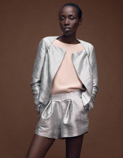 Kastenjacke und Bundfalten-Shorts aus Seide in Metallic Silver von Magdalena Mayrock Berlin